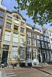 古老有山墙的豪宅阿姆斯特丹运河传送带。 库存图片