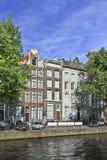 古老有山墙的豪宅阿姆斯特丹运河传送带。 免版税库存照片