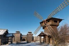 古老木堡垒、磨房和日志小屋 俄国村庄在冬天 俄国 苏兹达尔 免版税库存图片