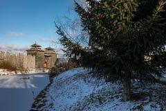 古老木堡垒和日志小屋 俄国村庄在冬天 俄国 苏兹达尔 免版税库存图片