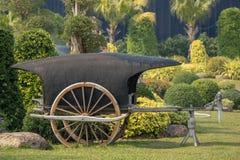 古老木推车在公园 免版税库存照片
