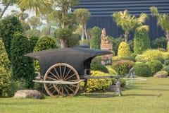 古老木推车在公园 库存图片