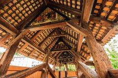 古老木教堂桥梁Kapellbrucke里面看法在罗伊斯统治者列表河的在老镇卢赛恩,瑞士的历史的中心 免版税库存图片