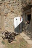 古老木盾、矛和大炮在中世纪城堡的墙壁 免版税库存图片