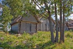 古老木网棚子在一个晴天 库存图片