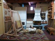 古老木葡萄酒织布机生产地毯 库存图片