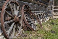 古老木轮子 免版税库存照片