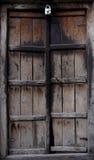 古老木门在村庄 免版税库存照片