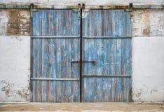 古老木门墙壁  免版税库存图片
