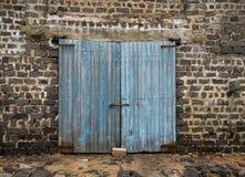 古老木门墙壁  免版税库存照片