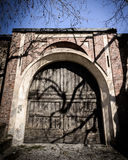 古老木门道入口在意大利 免版税库存照片