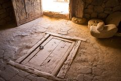 古老木闭合的活板门在一个土气房子里 免版税库存图片