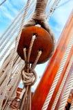 古老木风船滑轮和绳索 免版税库存照片