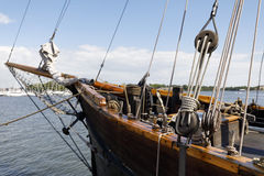 古老木风船滑轮和绳索 库存图片