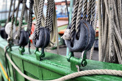 古老木风船滑轮 免版税库存照片