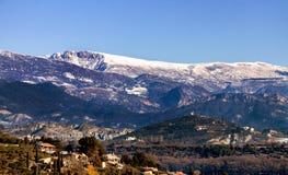 古老村庄在雪的法国在艾克斯普罗旺斯附近 免版税库存照片