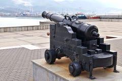 古老枪瞄准往Tsemess海湾在新罗西斯克,俄罗斯 免版税库存照片