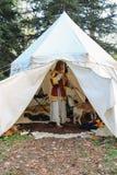 古老样式礼服的妇女有在帐篷的狗的 斯皮兰贝尔托,它 库存照片