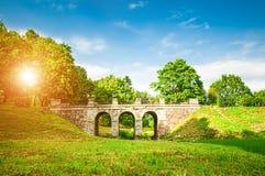 古老桥梁在夏天公园 库存图片