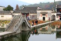 古老桥梁在联合国科教文组织村庄宏村,省安徽,中国 免版税库存照片