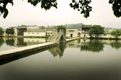 古老桥梁瓷hongcun月亮村庄 库存图片