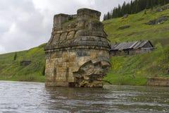 古老桥梁的被毁坏的支持在村庄 库存图片