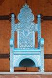 古老椅子皇家做的王位下 免版税库存图片