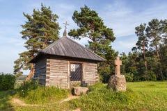 古老正统教堂和石头在Savkina gorka横渡 免版税库存照片