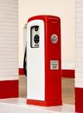 古老气泵红色白色 免版税库存照片
