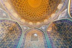 古老波斯清真寺和曲拱的内部有传统铺磁砖的天花板的在伊朗 库存照片