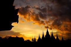 古老泰国寺庙剪影在暮色天空背景中 库存图片