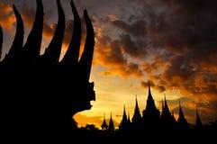 古老泰国寺庙剪影在暮色天空背景中 库存照片