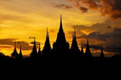 古老泰国寺庙剪影在暮色天空背景中 免版税库存图片