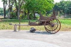 古老泰国样式木无盖货车推车与黄牛用于不能再用支架的过去 免版税库存图片