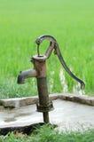 古老泵水 库存图片