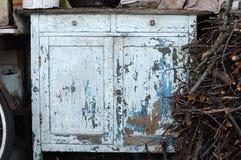 古老浅兰的有油漆的葡萄酒土气洗脸台局特写镜头剥落了 库存图片