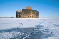 古老海堡垒`皇帝亚历山大一世`瘟疫的看法, 3月天 Kronstadt,俄罗斯 免版税库存照片