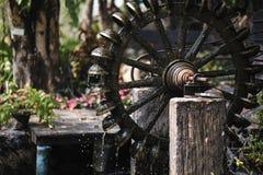 古老涡轮打包机水在公园 免版税库存图片