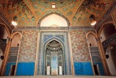 古老清真寺空的空间有艺术性的瓦片和天花板的在伊朗 免版税库存照片