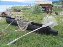 古老渔夫小船和工具,普雷斯帕湖,马其顿 库存图片