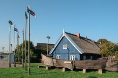 古老渔船和古老渔夫房子在奈达 立陶宛 免版税库存照片