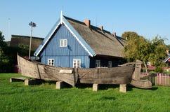 古老渔船和古老渔夫房子 免版税库存图片