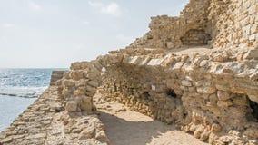 古老港口堤防遗骸反对地中海背景的 免版税图库摄影