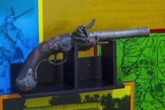 古老火器在木平台 免版税图库摄影