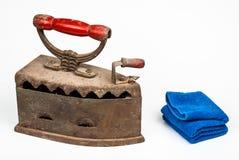 古老煤炭铁和蓝色毛巾,被隔绝 免版税库存图片
