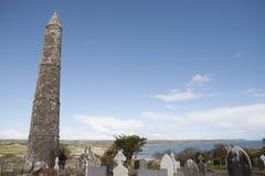 古老爱尔兰圆的塔和凯尔特坟园 免版税图库摄影