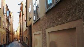 古老狭窄的街道在中央斯德哥尔摩 老城镇 影视素材