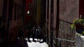 古老狭窄的街道在中央斯德哥尔摩 老城镇 股票录像