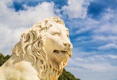 古老狮子雕塑的片段 免版税库存图片