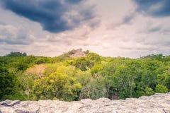 古老玛雅人市的参观卡拉克穆尔-南尤加坦- Mex 库存照片